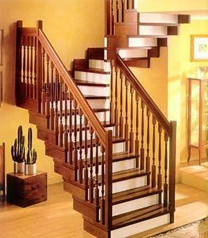 Деревянная лестница на металлических косоурах (обшиты деревом)