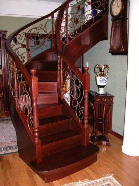 Деревянная лестница после реставрации