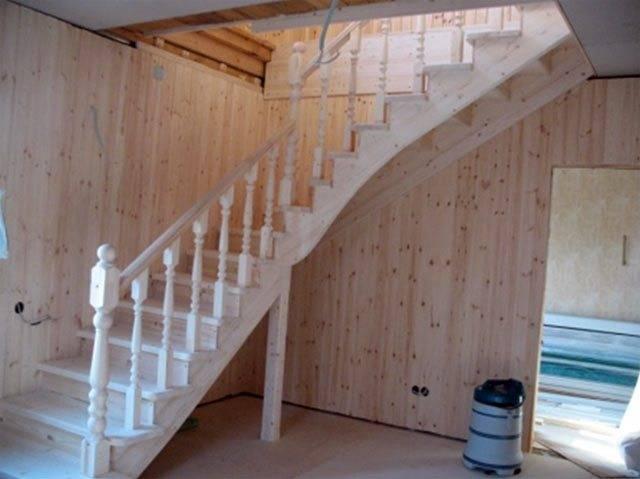 Деревянная маршевая лестница с поворотом