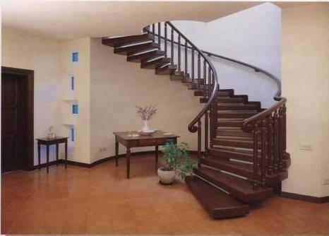 Деревянная спиральная лестница на больцах