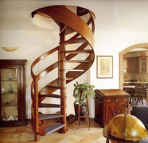 Деревянная винтовая лестница для дачи – отличное решение