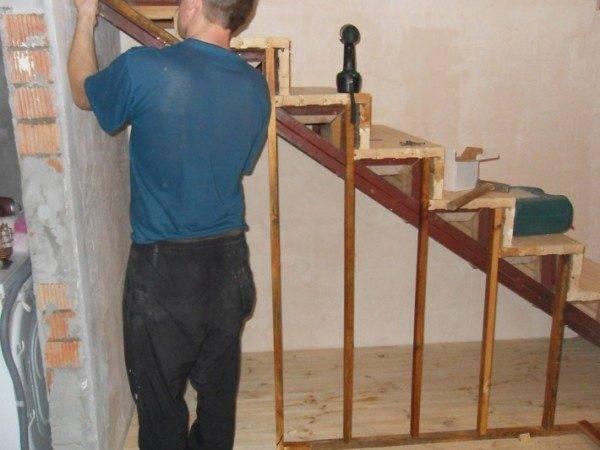 Деревянной лестница может быть только внешне, каркас же можно изготовить из металлических уголков и швеллера