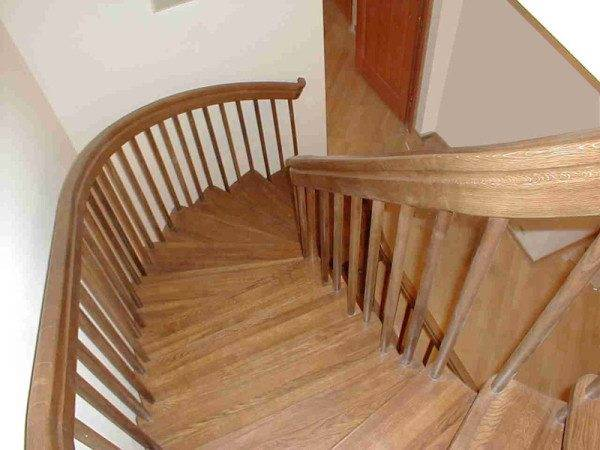 Деревянные конструкции с забежными ступенями имеют ряд неоспоримых преимуществ.