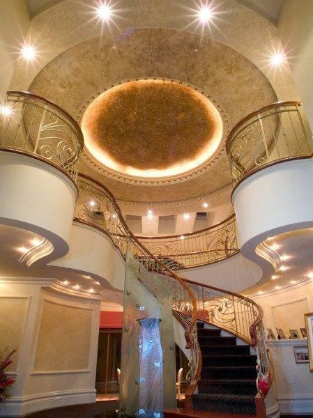 Дизайн интерьера холла с лестницей - акцент на лестницу