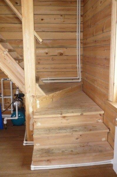 Для поворотных лестниц требуется использование забежных ступеней, обычно изготавливаемых в трапециевидной или треугольной форме