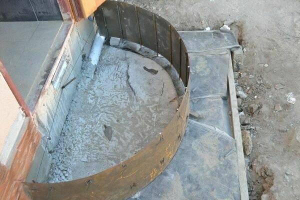 Для создания полукруглой формы можно использовать листовой металл, который сгибают под необходимым углом или придают ему нужный радиус, фиксируя на земле