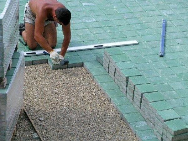 Для выполнения такой работы потребуется не только резиновый молоток, но и уровень