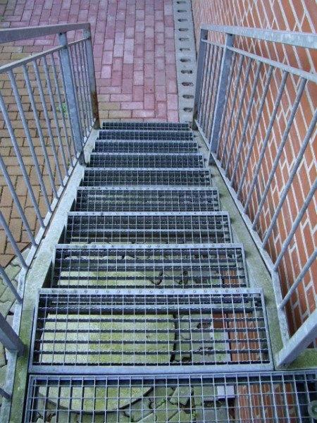 Дополнительные элементы - ограждения с поручнями сделают лестницу безопасной и надежной.
