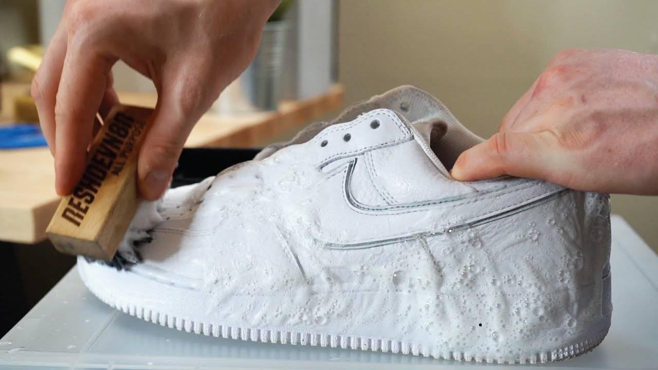 Очищаем белую подошву обуви быстро