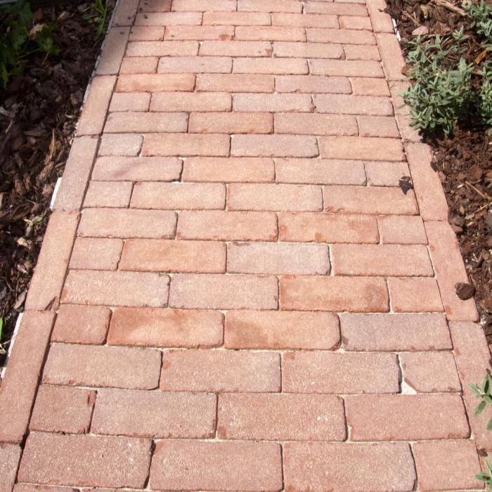 Несколько бюджетных способов как уложить тротуарную плитку на дачном участке