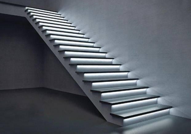 Эффектная подсветка ступеней делает конструкцию парящей в воздухе