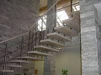 Элегантная металлическая конструкция, выполненная из металла и дерева