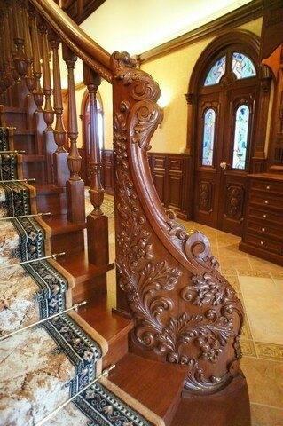 Элементы художественной резьбы на лестнице, выполненной в дворцовом стиле