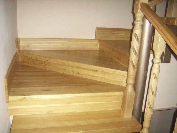 Элементы лестницы из лиственницы: забежные ступени и резные перила