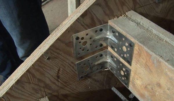 Элементы опалубки крепятся между собой металлическими уголками