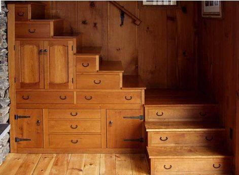 Если проблемы с местом, используйте конструкцию лестницы максимально – врежьте в нее выдвижные ящики и сделайте несколько небольших дверок
