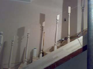 Если срезать угол до установки не получается, то можно, закрепив балясины, натянуть бечевку между всеми стойками и сделать метки