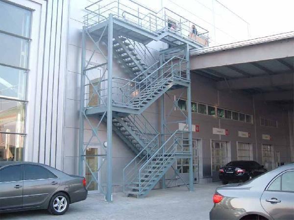 Эвакуационные сооружения производят из стали в виде многомаршевой конструкции.