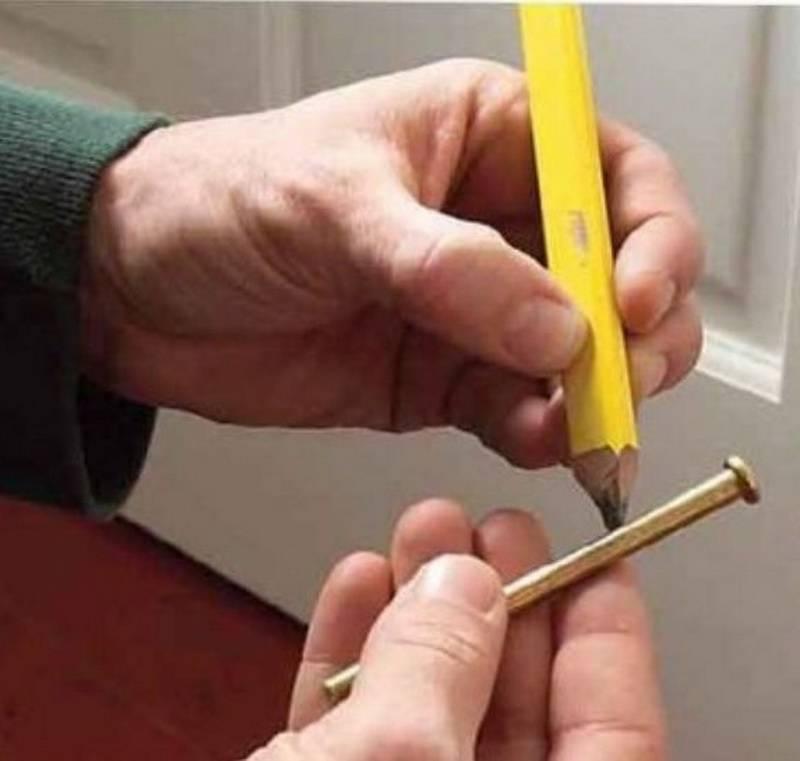 Как можно смазать дверные петли, не снимая дверь