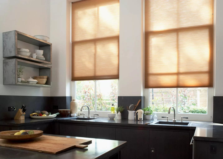 Оформление окна в гостиной: современные дизайнерские идеи на 75 фото