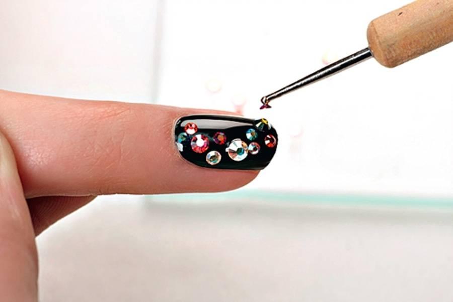 чем наносят камни на ногтях фото это сделано для