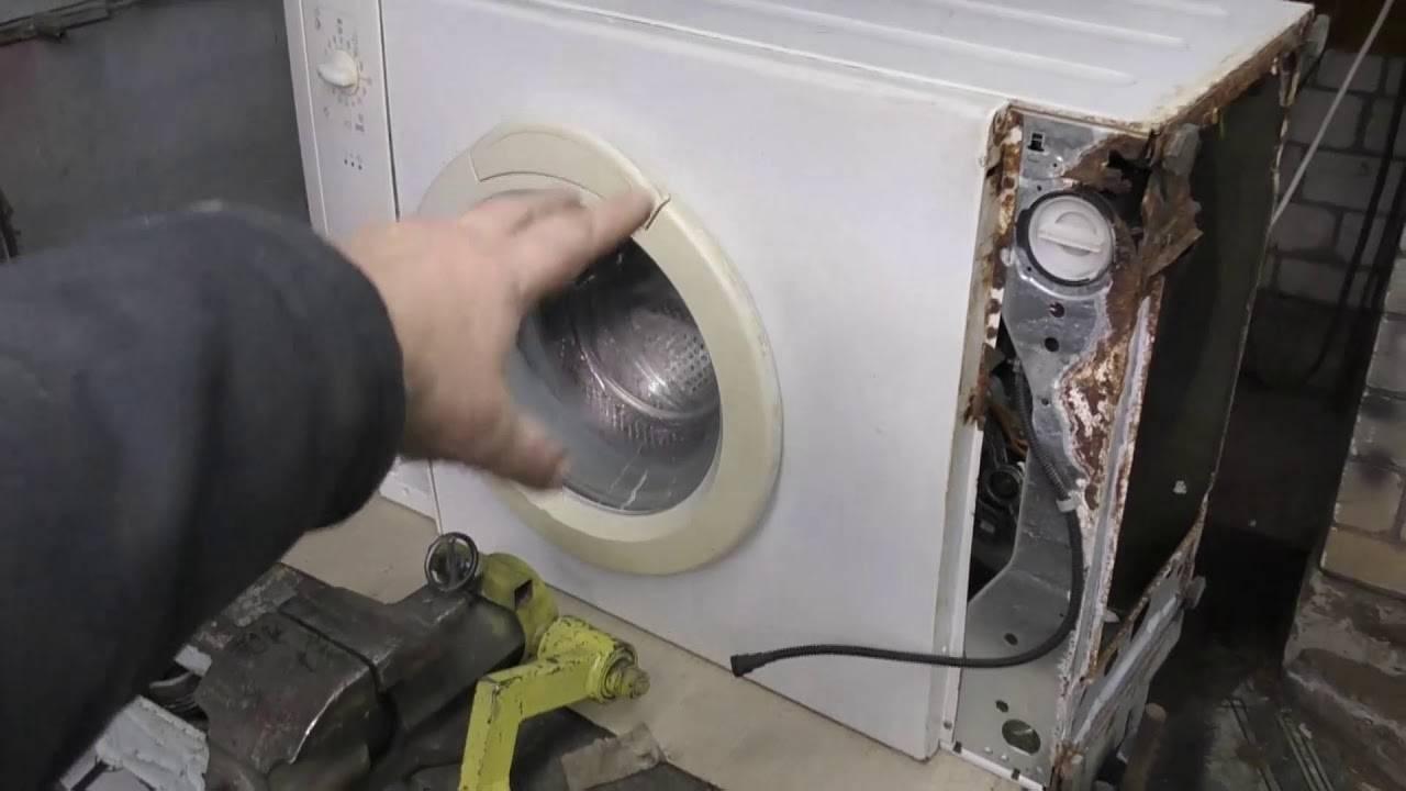 Прыгает стиральная машинка. в основном при отжиме. какие причины и что делать?