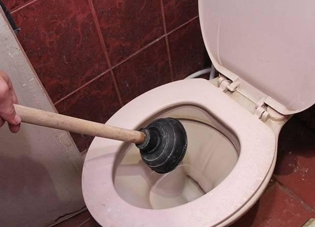 Забился унитаз - как прочистить в домашних условиях, какое средство лучше использовать