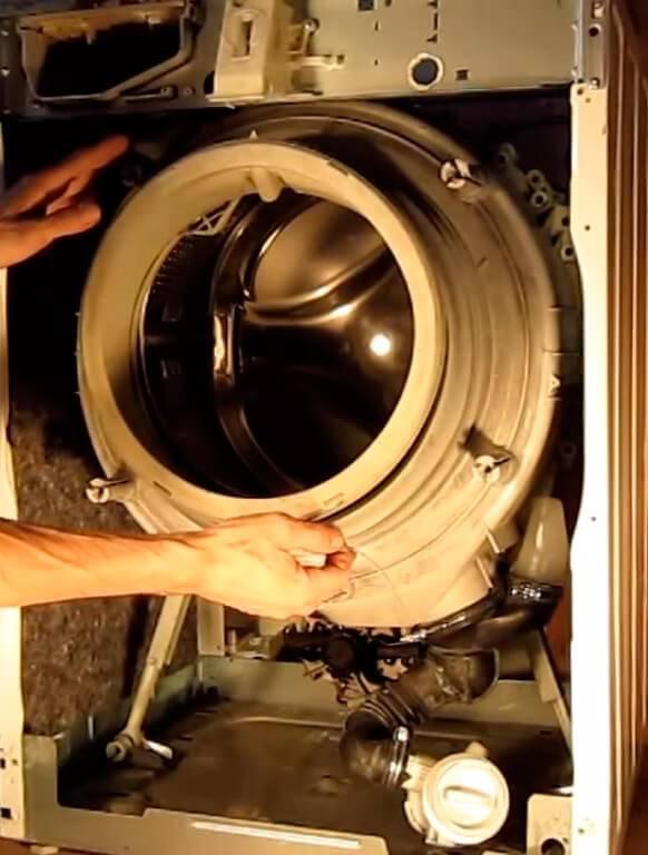 Что можно сделать, если стиральная машина стучит при отжиме