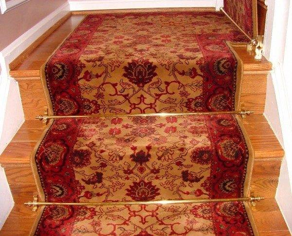 Фабричные держатели ковров выглядят вполне изящно и гармонично на разных типах и видах лестниц.