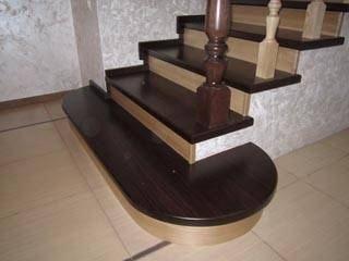 Фото бетонной лестницы с деревянными ступенями и перилами