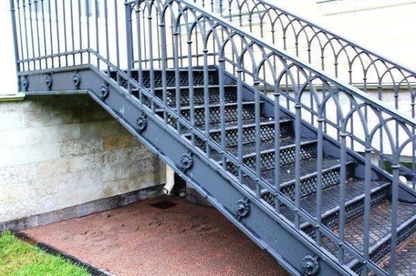 Фото чугунной лестницы на улице