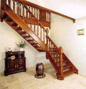 Фото деревянной лестницы.