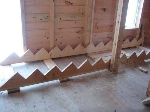Фото косоуров из двух деревянных досок с поперечными балками.