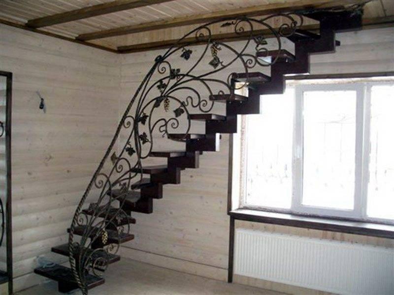 Фото – лестница из металла.