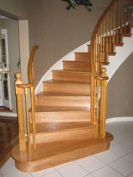 Фото лестницы на второй этаж частного дома с забежными ступенями