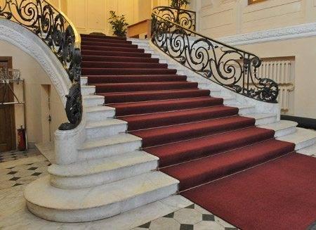 Фото лестницы с ковром.