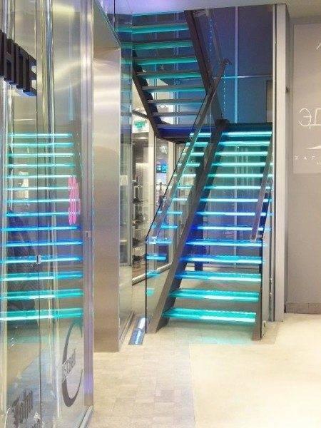 Фото лестницы с подсветкой.