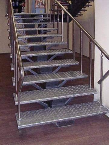 Фото металлической лестницы на одной тетиве