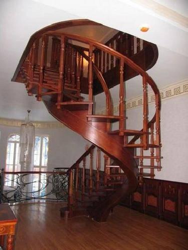 Фото оригинальной винтовой лестницы, украшающей интерьер
