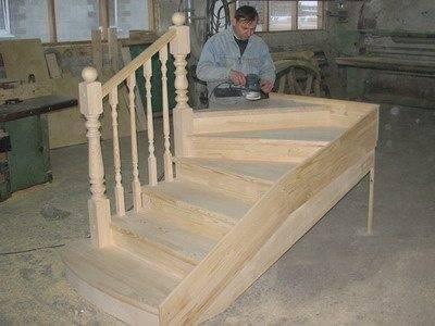 Фото: при финишной обработке лестничной конструкции из натурального дерева ручной шлифовальной машинкой сильно на нее давить нельзя.
