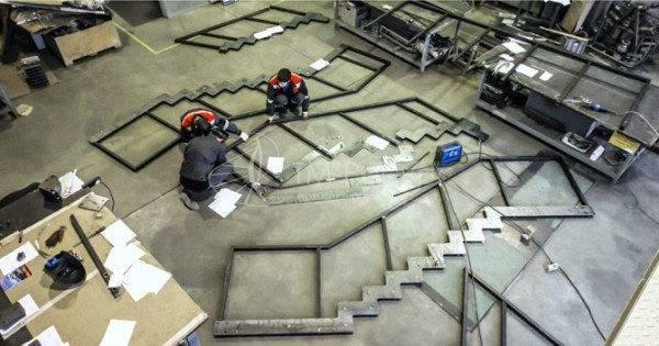Фото: сборка косоуров с ограждением из профильной трубы на производственной площадке.