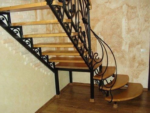 Фото сварной лестницы с деревянными ступенями