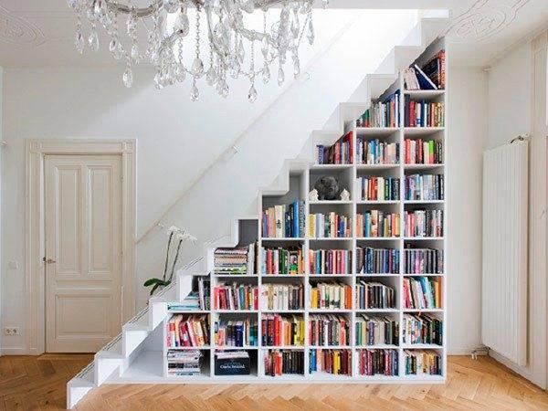 Фото устройства библиотеки под лестницей – используем пространство грамотно!