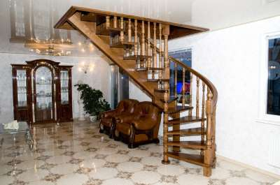 Фото внешнего вида полувинтовой лестницы
