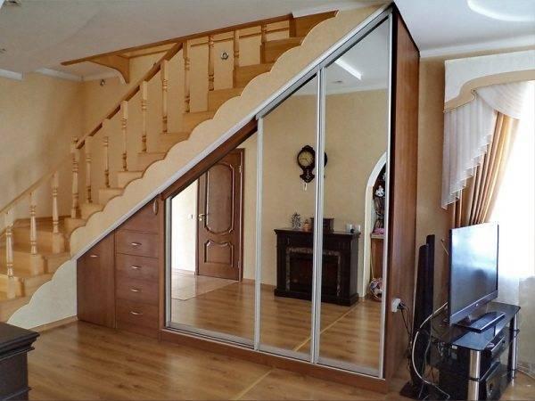 Фото зеркального шкафа под лестницей