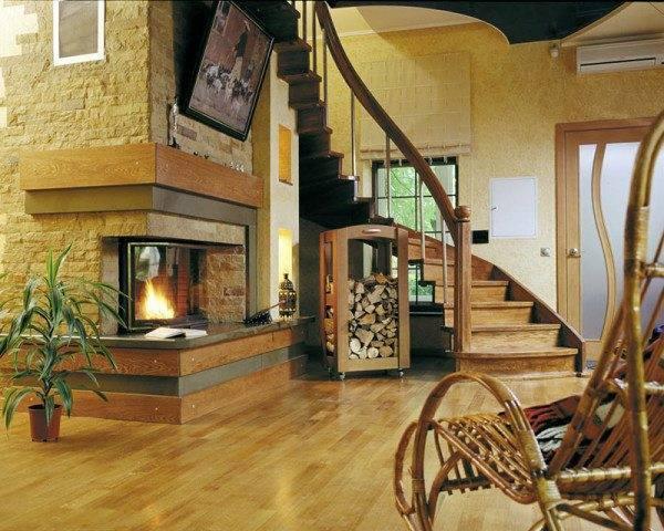 Гостиная с камином и изогнутой лесенкой