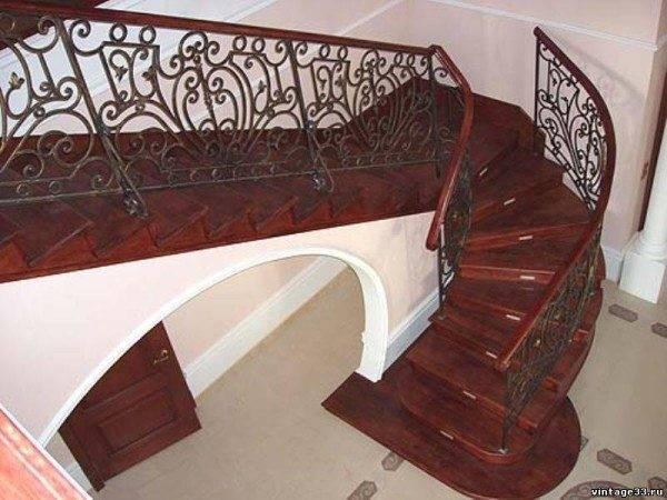 Готовая деревянная лестница с коваными перилами