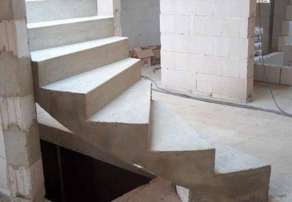 Готовый лестничный марш из бетона