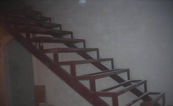 Готовый металлический каркас для лестницы очень тяжелый, поэтому швеллер легче зафиксировать сразу в том положении, в котором он будет оставаться