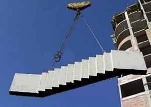 И это не недостаток конструкции под названием «ЖБ лестничные марши», просто это другая сфера применения, когда требуются более серьёзные механизмы для установки, но и в этом случае всё предусмотрено – железные петли монтируются в сами ЖБ ступени для лестниц
